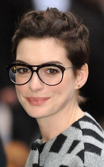 quelle coiffure adopter quand on porte des lunettes sur