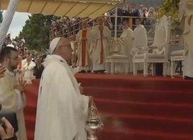 Le pape rate une marche et tombe à Czestochowa
