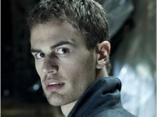Theo James, star de la nouvelle franchise Underworld