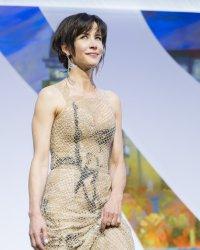 Sophie Marceau multiplie les robes du soir pour la Journée de la femme