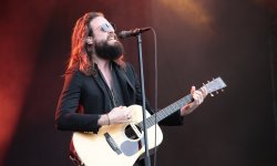 "Father John Misty dézingue les politiciens sur le single ""Pure Comedy"""