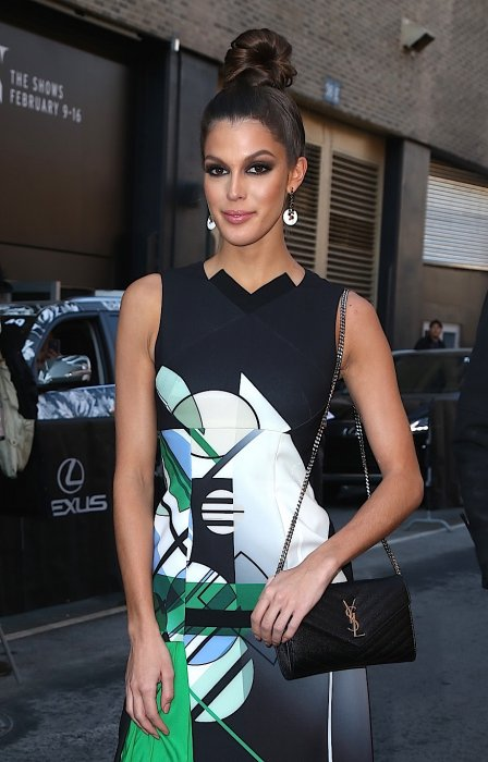 Iris Mittenaere arrive à la Fashion Week de New York, le 15 février 2017.