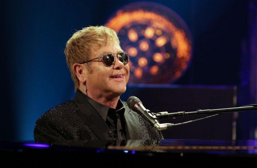 Elton John, sur le plateau du Graham Norton Show à Londres, le 4 février 2016.