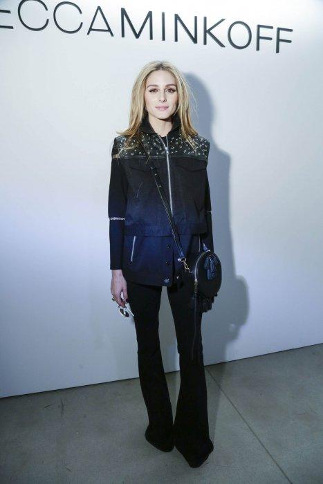 Olivia Palermo adopte un look féminin et rock pour assister au défilé Rebecca Minkoff, lors de la Fashion Week new-yorkaise, le 13 février 2016.