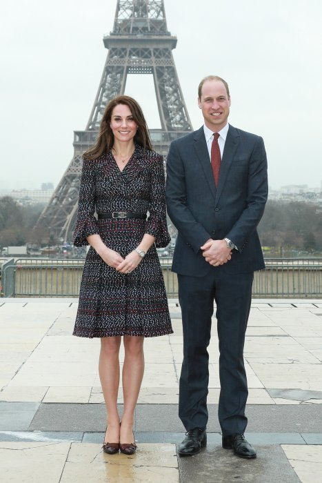 Kate Middleton et le prince William posent devant la tour Eiffel à Paris, le 18 mars 2017.