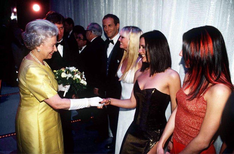 La reine Elizabeth II fait la rencontre des Spice Girls, lors du gala  The Royal Command Perfomance , en 1997, à Londres.