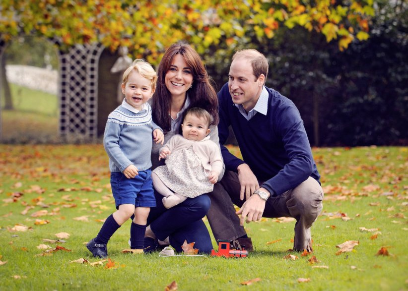Le Prince William, Kate Middleton et leurs enfants le prince George et la princesse Charlotte, à Kensington Palace en octobre 2015.