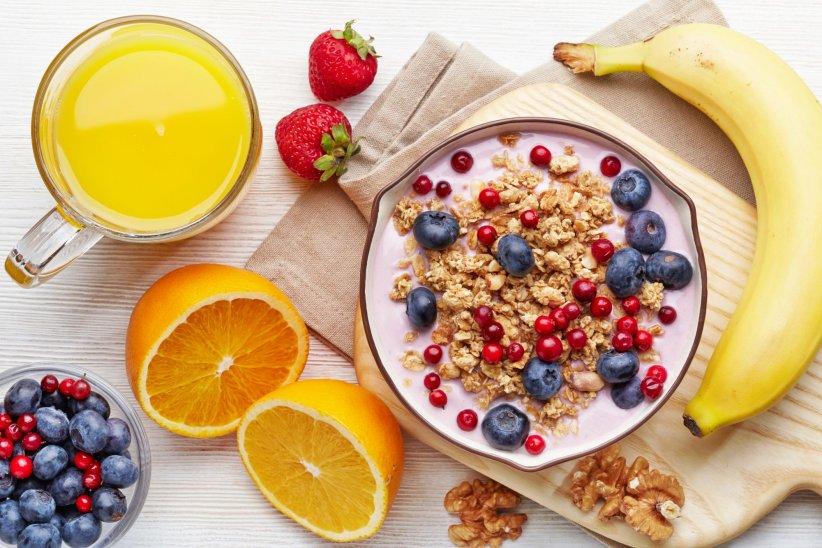 Un petit-déjeuner complet à base de yaourt, de granola et de baies.