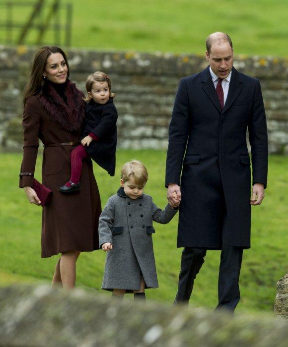 Le prince William, Kate Middleton et leurs enfants le prince George et la princesse Charlotte, à la messe de Noël à Englefield, le 25 décembre 2016.