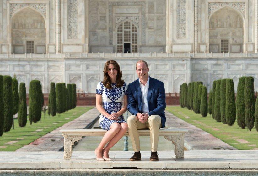 Le prince William et Kate Middleton posent devant le Taj Mahal, le 16 Avril 2016.