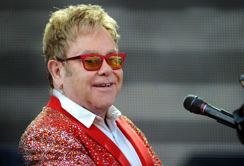 Elton John, sur la scène du Kingsholm Stadium, le 7 juin 2015 à Gloucester, en Angleterre.