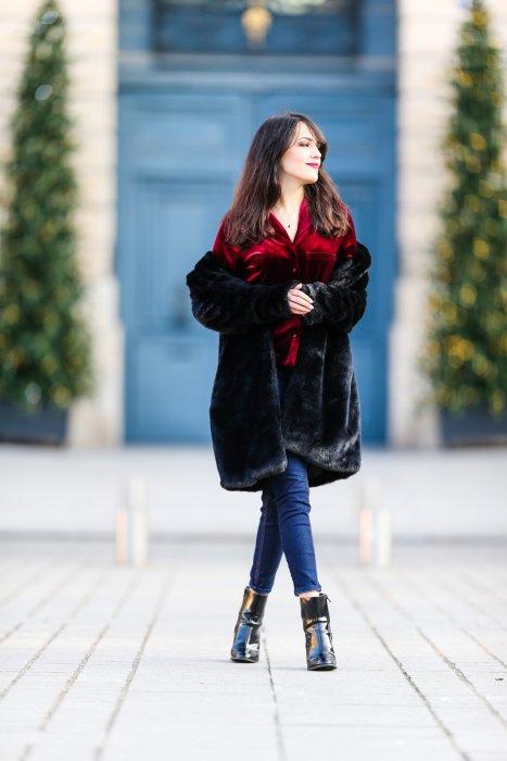 Look de la blogueuse mode Sarah Benziane portant un manteau en fausse fourrure et un chemisier en velours, à Paris, le 17 décembre 2016.