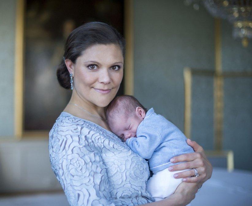 Photo officielle de la princesse Victoria de Suède et de son bébé le prince Oscar de Suède, le 22 mars 2016.