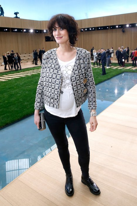 Clotilde Hesme dévoile son baby bump au défilé Chanel Haute Couture 2016 à Paris.