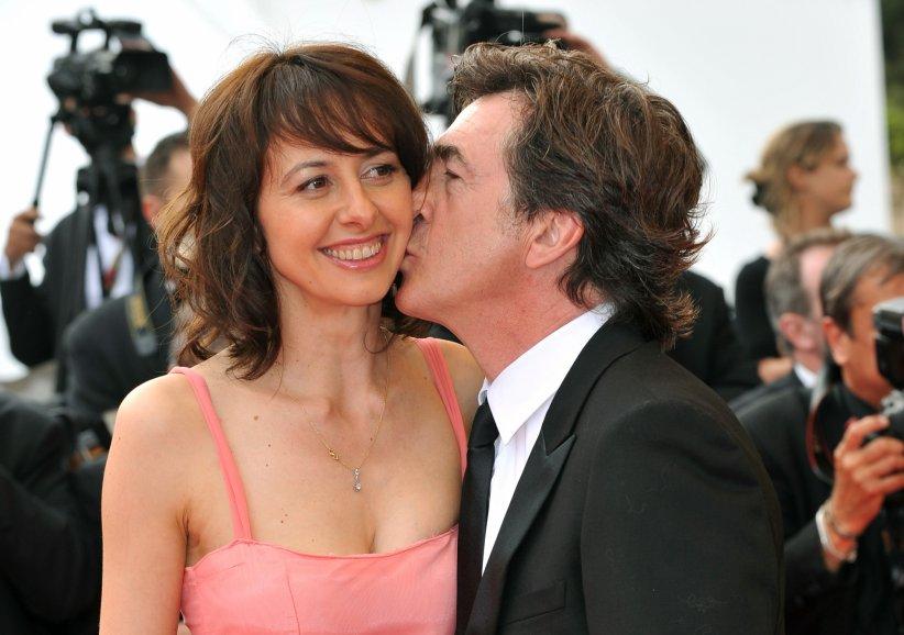 """Valérie Bonneton et François Cluzet arrivent sur le tapis rouge pour la projection de """"À l\"""