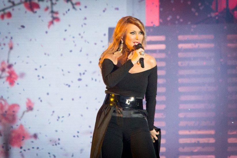 Julie Pietri chante sur scène dans le cadre de la tournée Stars 80, au Stade de France, le 9 mai 2015.