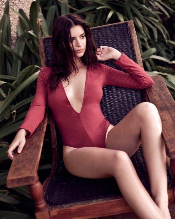 Emily Ratajkowski dans un body rouge très sexy de la griffe Express.