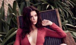 Emily Ratajkowski, sensuelle pour la campagne printemps-été Express