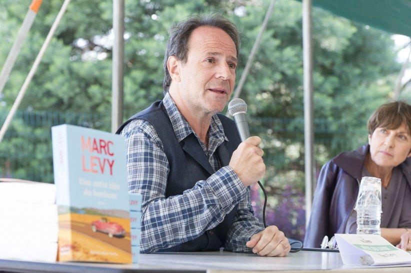 Marc Levy participe à la Fête du Livre de Talloires, en mai 2014.