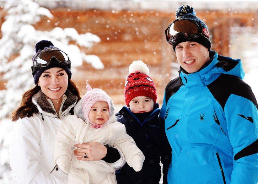 Le duc et la duchesse de Cambridge lors de leurs vacances dans les Alpes, avec leurs enfants, George et Charlotte, le 3 mars 2016.