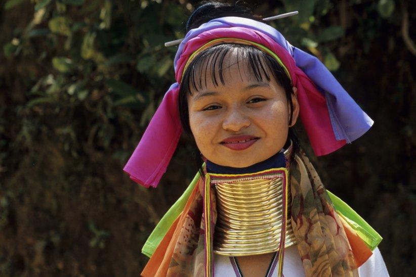 """Les femmes de la tribu Padaung, en Thaïlande, plus connues sous le nom de """"femmes girafe"""" allongent leur cou avec des colliers-spirale en laiton dès leur plus jeune âge."""