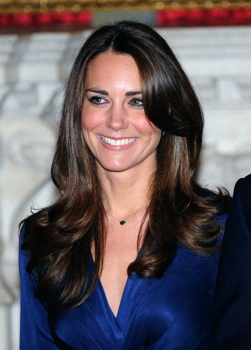 Kate Middleton, habillée en Issa, officialise ses fiançailles avec le prince William à Londres, le 16 novembre 2010.