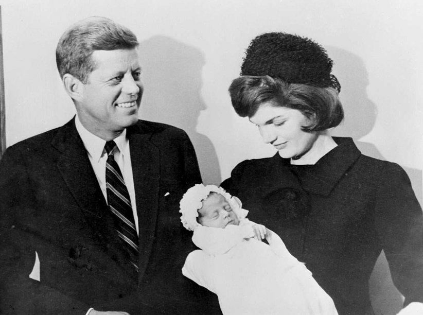 John F. Kennedy et sa femme Jackie au baptême de leur fils John Kennedy junior à Washington, le 8 décembre 1960.