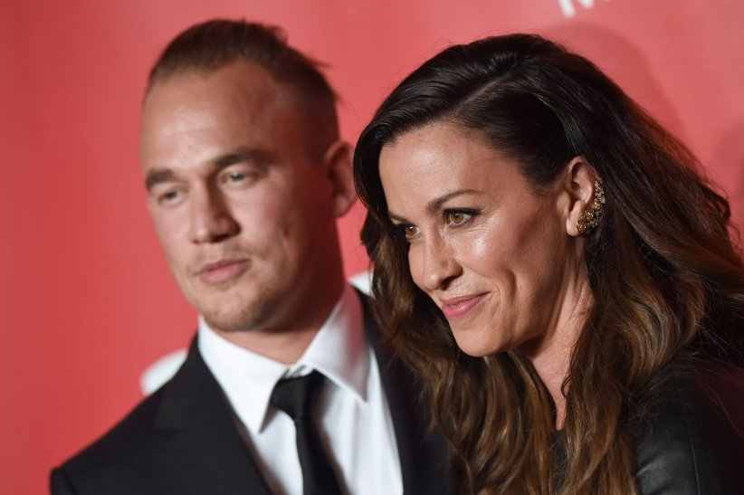 Mario Treadway et Alanis Morissette assistent au gala MusiCares Person of The Year, à Los Angeles, en février 2015.