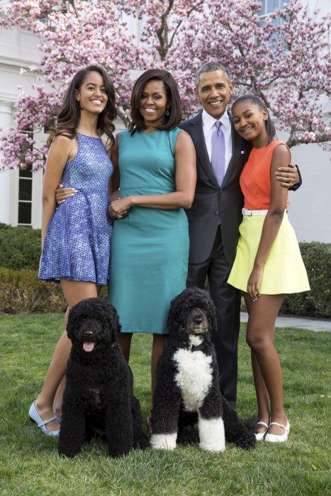 Barack Obama, sa femme Michelle et leurs filles Malia et Sasha posent devant la Maison Blanche avec leurs chiens, Bo et Sunny, le 5 avril 2015.