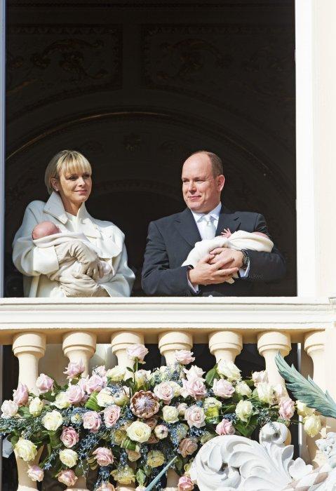 Le prince Albert et la princesse Charlene de Monaco présentent leurs bébés Jacques et Gabriella sur le balcon du palais royal à Monaco, le 7 janvier 2015.