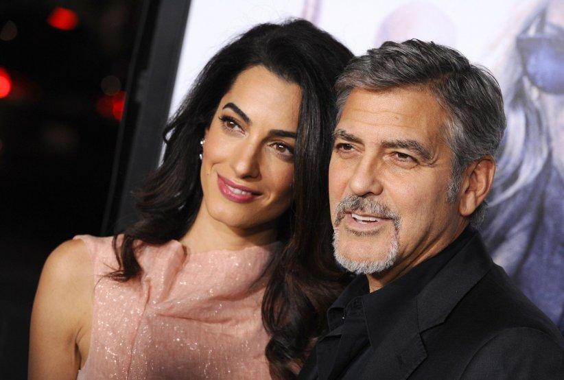 """George Clooney et sa femme Amal assistent à la première du film """"Our Brand Is Crisis"""" à Los Angeles en 2015."""