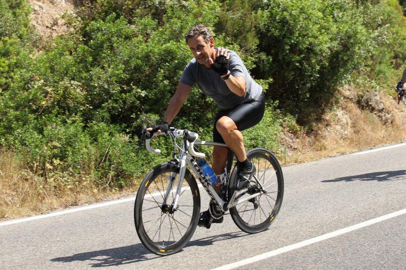 Nicolas Sarkozy en train de se promener en vélo pendant ses vacances au Cap Nègre, le 3 août 2013.