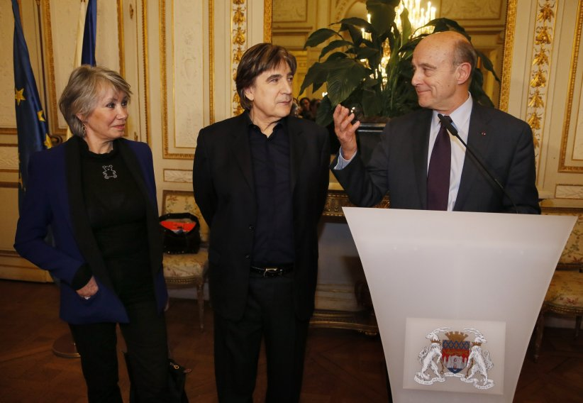 Serge Lama et sa femme, Michèle, sont reçus par le maire de Bordeaux, Alain Juppé, à la mairie de Bordeaux, le 6 janvier 2014.