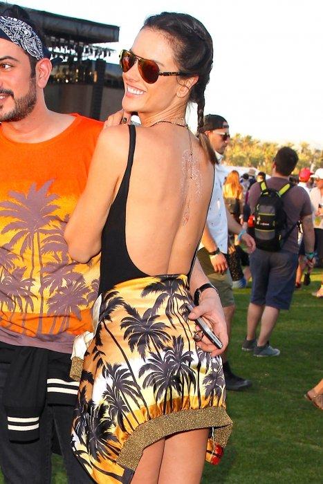 Alessandra Ambrosio, divine en maillot une pièce lors du festival Coachella à Indio, le 16 avril 2016.