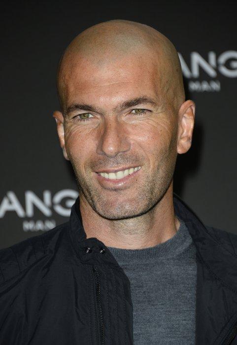 """Zinédine Zidane représente la ligne masculine """"Mango Man"""" à Paris, le 5 octobre 2015."""