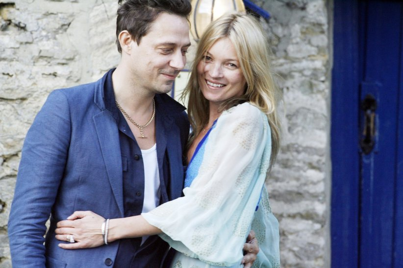 Jamie Hince et Kate Moss, la veille de leur mariage, le 31 juin 2011, au Swan Pub à Southrop, en Angleterre.