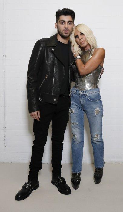Donatella Versace pose aux côtés de Zayn Malik pour annoncer leur collaboration.