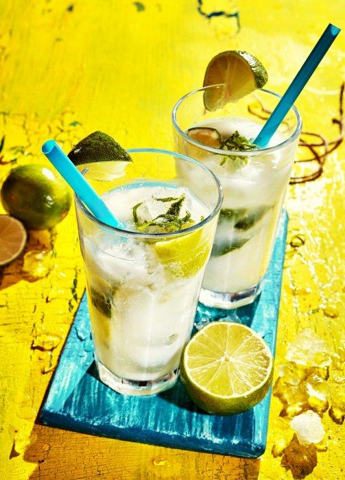 Une gorgée de caipirinha, et vous serez transportés tout droit à Rio de Janeiro, où ce cocktail demeure la boisson fétiche de tous les fêtards brésiliens !