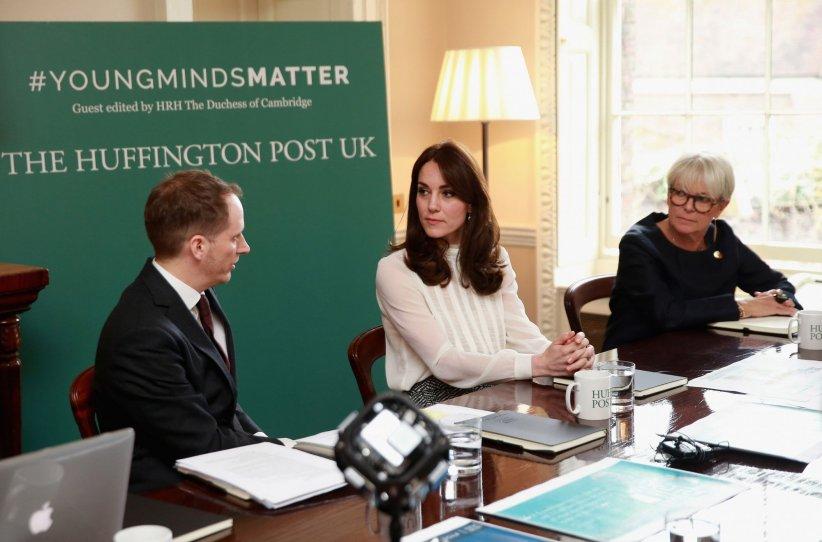 Kate Middleton parle avec le rédacteur en chef du  Huffington Post UK , Steven Hull, lors d\