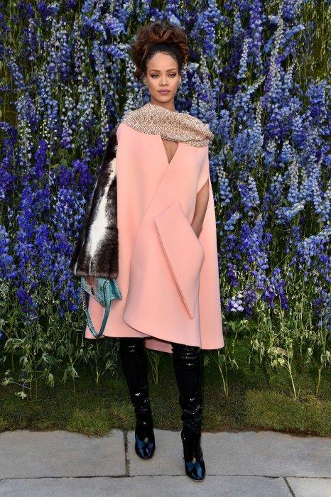 Rihanna a choisi un modèle de la collection Haute Couture automne-hiver 2015 pour assister au défilé de la collection prêt-à-porter Dior printemps-été 2016 à Paris, le 2 octobre 2015.
