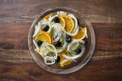 Avec du fenouil : salade de fenouil à l'orange, oignon et olives
