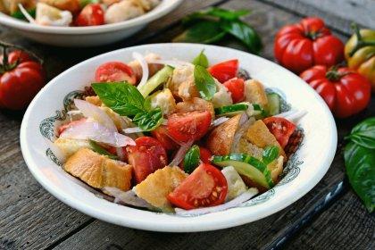Avec des tomates : une panzanella