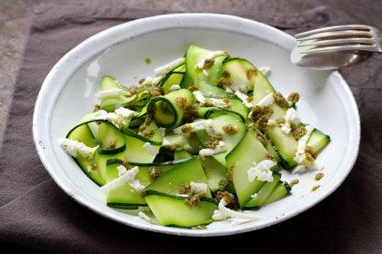 Avec des courgettes longues : salade de tagliatelles au pesto de roquette