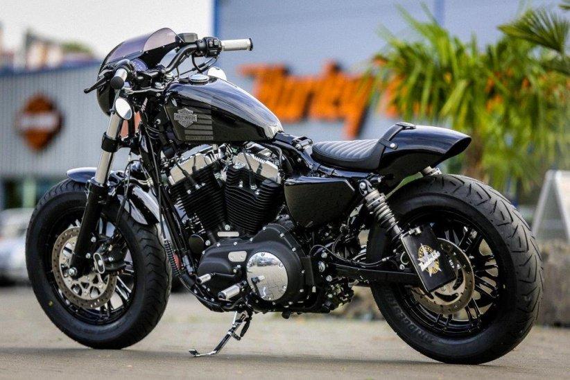 Bridgestone Battlecruise H50 : nouveau pneu custom ici sur une Harley Forty Eight préparée par Thunderbike