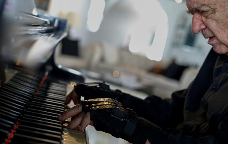 Le pianiste brésilien Joao Carlos Martins joue avec des gants bioniques le 29 janvier 2020