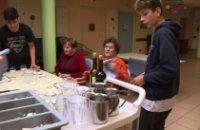 Jeunes en difficultés et malades d'Alzheimer respirent ensemble