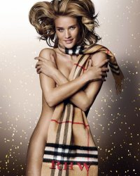 Rosie Huntington-Whiteley pose nue pour Burberry