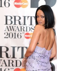 Rihanna et Manolo Blahnik lancent une collection capsule 100% denim
