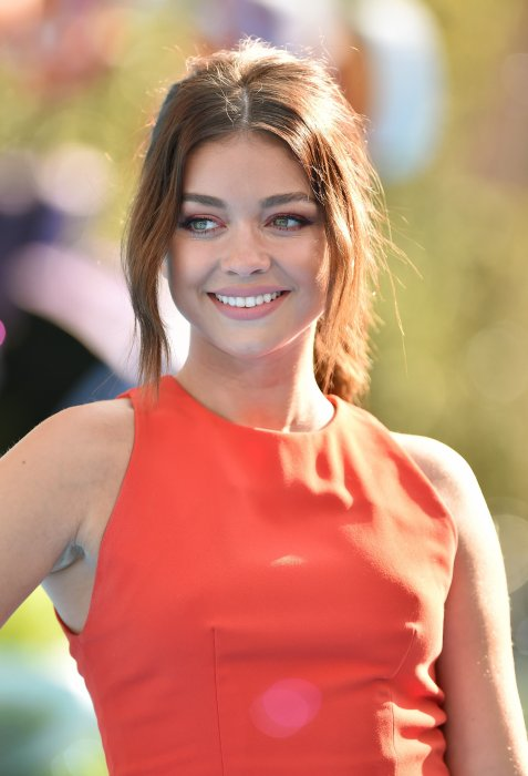 Sarah Hyland : elle ose le orange, couleur girly et estivale