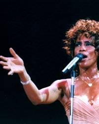 Whitney Houston : un documentaire dévoile l'agression sexuelle de la chanteuse